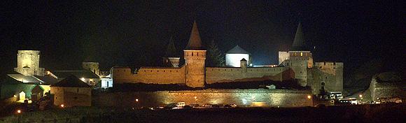 Kamenecký hrad v noci