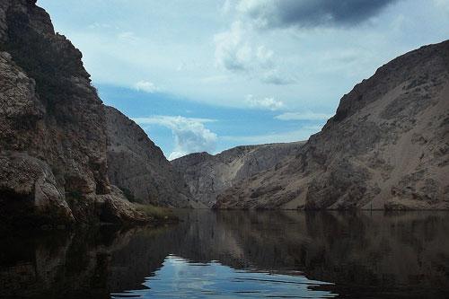 Na rybářském kajaku kaňonem řeky Zrmanji
